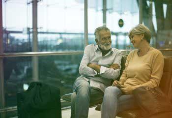〈海外ロングステイ〉 シャワーを浴びてビールが飲める。海外の空港ラウンジを無料で使えるクレジットカードとは?