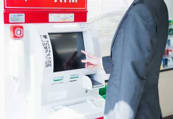 〈知られざるATMの世界〉①キャッシュカードが機械に取り込まれて出てこなくなる原因は?