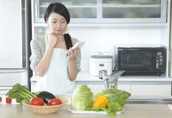 4人家族で食費8万円は決して高くない。1人当たりの食費の目安は