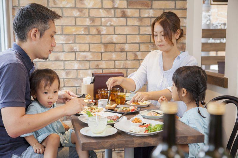 外食は家計にとって「悪」なのか?外食してもお金が貯まる人と貯まらない人の違いとは|ファイナンシャルフィールド
