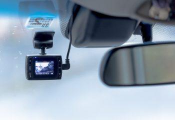 自動車事故でのトラブルから身を守る手段「ドライブレコーダー」 実例から見る、付けていなくて後悔した人と付けていて良かった人