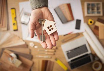 不動産の相続トラブルを防ぎたい。親と同居・介護していて家を売りたくない長女 VS 家を売りたい離れて暮らす長男。もめないためには?