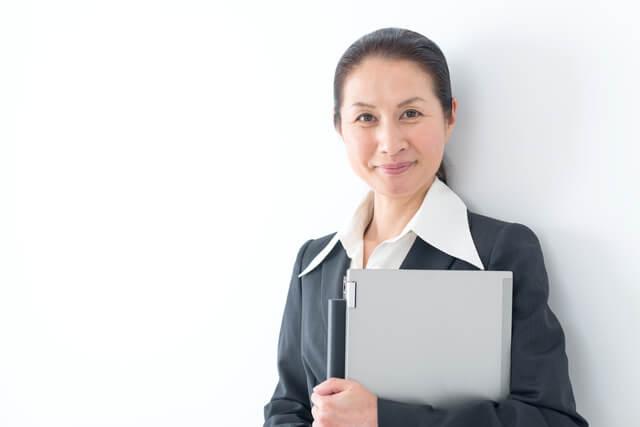 女性が会社員と公務員を経験したら年金の受け取り開始時期が違うって本当?