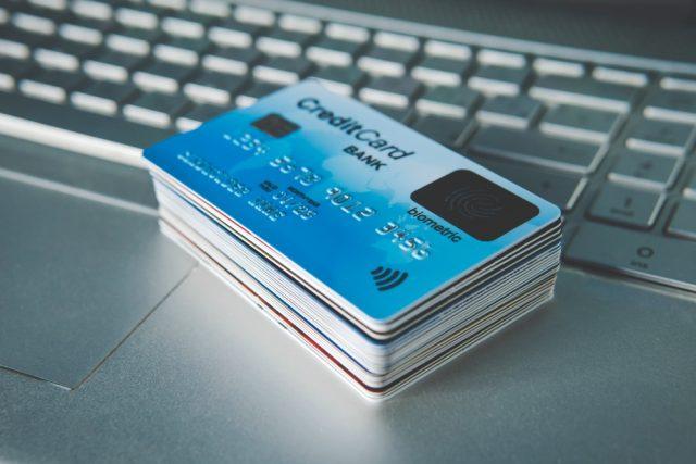 あなたは何枚持っている?みんながどんなシーンでクレジットカードを使っているのか調べてみた
