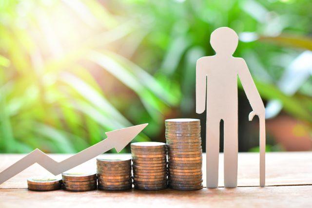 高齢者夫婦の収入は平均で約21万円。老後2000万問題から考える小額積立投資の必要性
