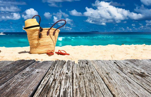 今年の夏は旅行に出かける人が多数!? みんなは航空券やホテルをどう予約する?
