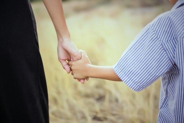 未婚のひとり親も住民税の非課税対象に。新しい2つの支援策とは