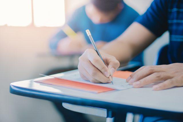 多様な働き方に合わせて資格を取る人たちが増加中! そんな資格試験を支えている人たちって?
