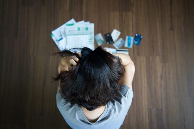 亡くなった親に借金が…相続しなきゃいけない?どう対応すればいいの?