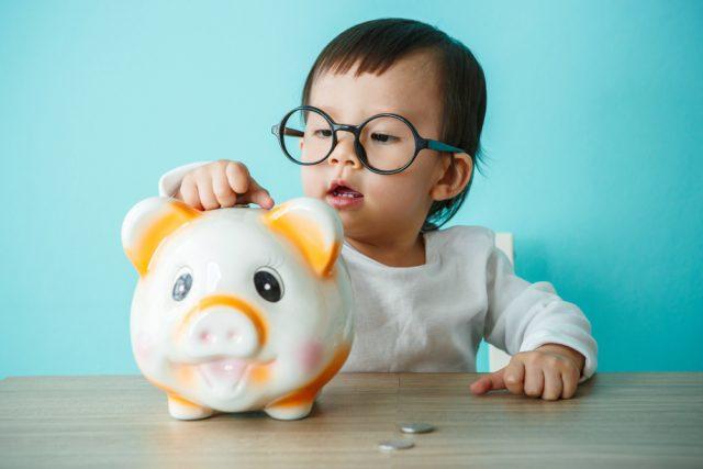 子どもに「消費税ってなに」と聞かれたらどう説明する? 駄菓子屋でできる100円を使ったお金の授業