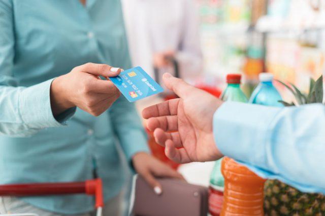 家計の節約を考えるならデビットカードがおすすめ。クレジットカードにはない魅力って?