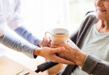 親の介護費用がかさんで不安…介護サービスへの出費が多いとお金が戻ってくるって本当?