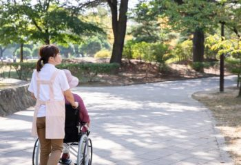 介護経験者が介護の際に最も感じた不安とは?介護に備えてどれくらい貯蓄している?
