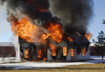 お隣さんの家に火が燃え移ってしまった…。そんな場合、火災保険では賠償責任は問われない?