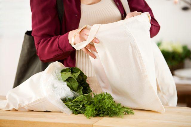 いよいよ7月から始まるレジ袋有料化。マイバッグは普及するのか?