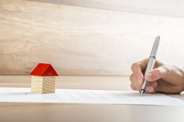 住宅ローンを借りる時に保証人は必須? 注意点を解説