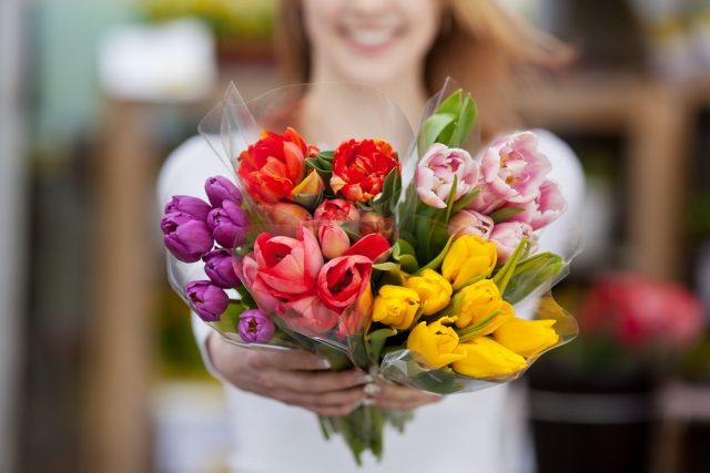 女性の半数は花をプレゼントしてもらいたい?みんなは普段どれくらい花を買っているのか