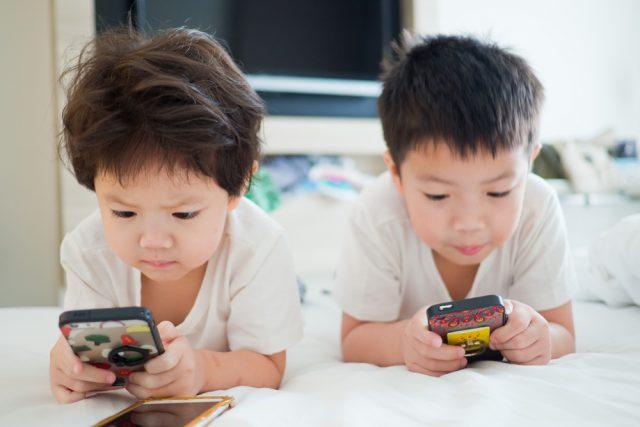 子どものスマホ依存に悩む家庭は多い?未成年のスマホ規制に関する本音と月々の携帯電話料金とは?
