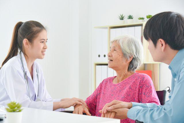 将来、大切な人が認知症になったら?「任意後見制度」と「家族信託」どちらを使う?主な違いとは