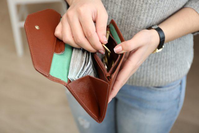 自粛期間中でお小遣いを減らされた夫はどれくらいいる?10万円給付金、年代別の使い道は?
