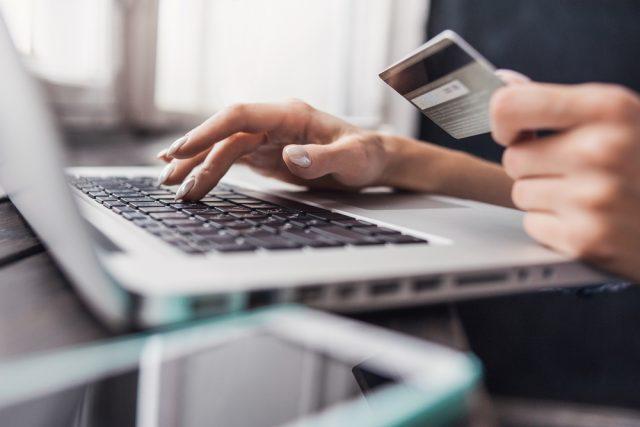 ネットショッピングの平均利用金額は? トラブルやカードを不正利用された人の割合は?