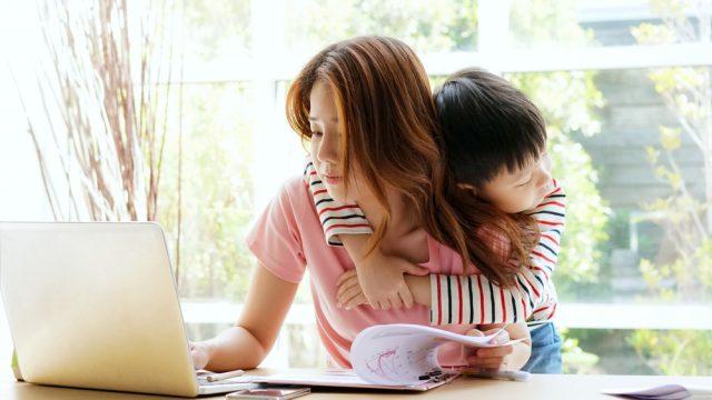 年収が低いシングルマザー(ファーザー)の実情と支援策