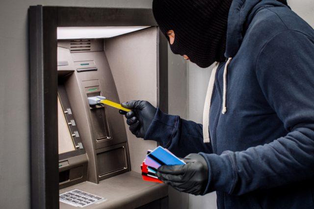キャッシュカードの盗難や偽造被害…。被害に遭ってしまった場合にするべきこととは?