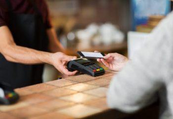 キャッシュレス決済利用者のうち、利用頻度が増えた人が約6割。3年前より現金払いは約1割減