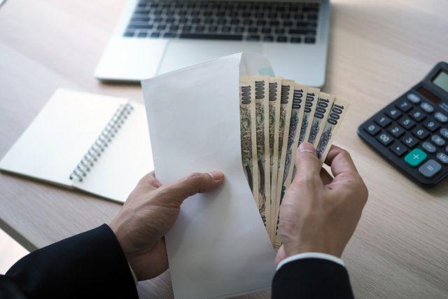 2020年の収入は前年に比べてどう変わった?追加の給付金が欲しいと思う人が約8割も