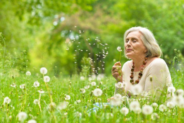 シニア女性の老後のお金事情。何歳から年金をもらい始めた?年金暮らしの人の収支状況は?