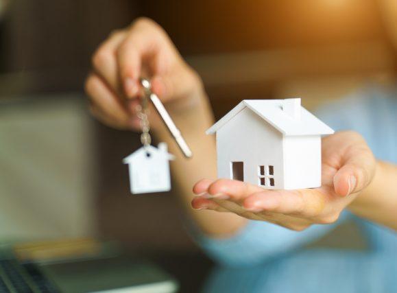 あなたは駅近のマンションと郊外の戸建住宅、どちらに住みたいですか?