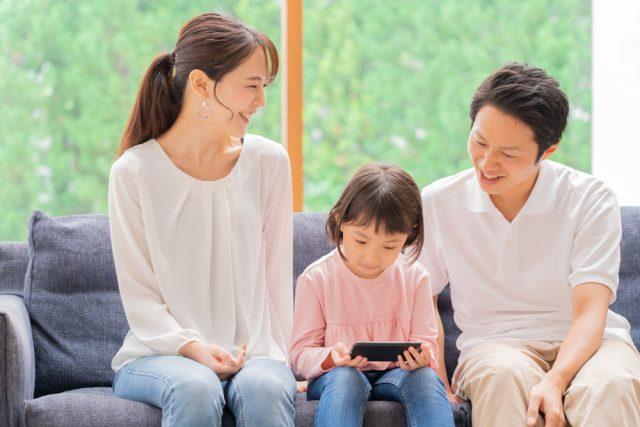 働くママの3人に2人は「家計にゆとりがない」最も負担に感じている費用は?