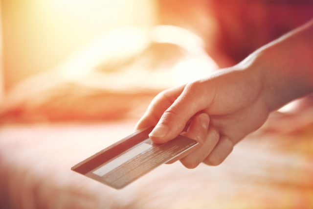 クレジットカードの限度額は何で決まる? 確認方法や増額方法など