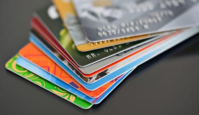 クレジットカードとデビットカードは何が違う? それぞれの特徴や適した使い方を解説