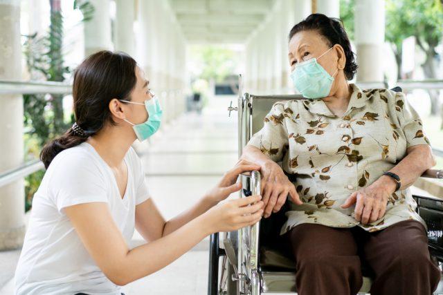 在宅介護と施設介護を費用面で比較! 年金で支払える?