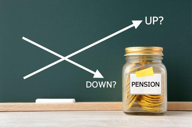 在職中に年金を請求したら、受給額はどれくらい減る?