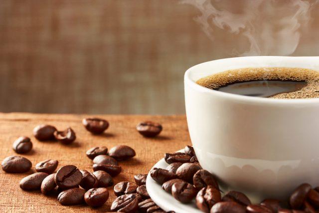 この1年でコーヒーチェーン店の利用や喫茶代の支出金額はどれくらい減った?
