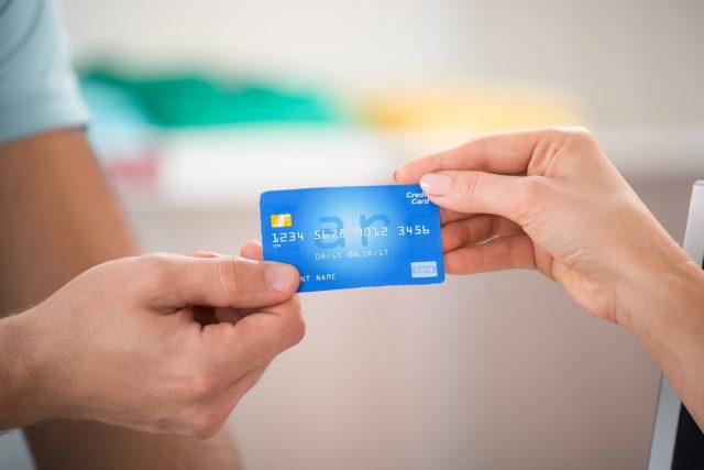 クレジットカードのひと月の利用金額はどれくらい?所有者の年収比率は?