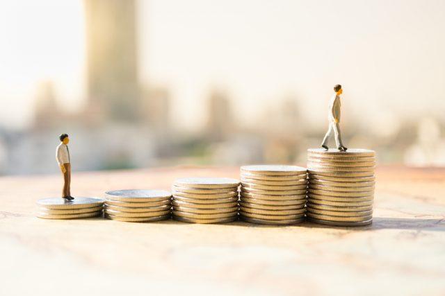 今の給与に満足している人は何割? どれくらいの給与アップを望んでいる?