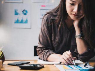 働く女性の約6割は投資に取り組んでいる? 平均貯金額はいくら?