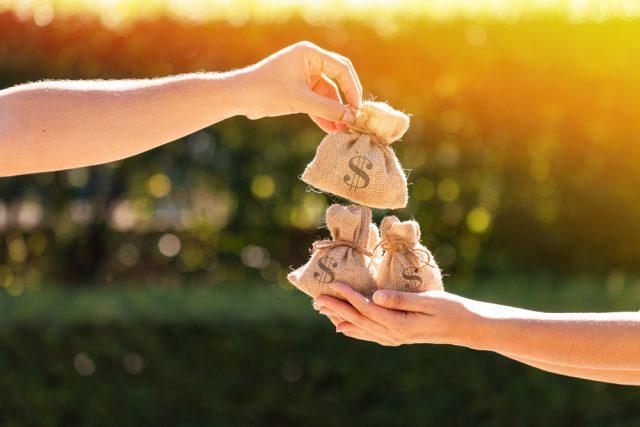 贈与税を節税するなら一括より分割。「暦年贈与」の仕組みとは?