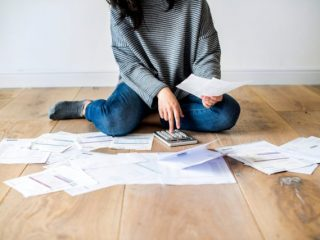 亡くなった夫に借金が…相続放棄しても生命保険はもらえる?