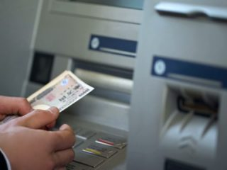 ATM手数料は高いしもったいない…。払いたくないと思ったときに検討することとは?