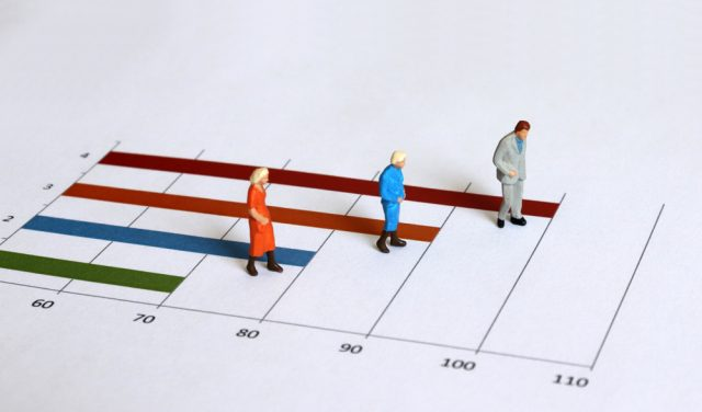 長寿社会への不安、40~50代の中年層と高齢者ではどう違う?