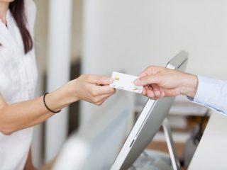 マイナンバーカードと健康保険証が一体化! 申し込みはコンビニでできるって本当?
