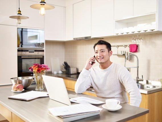 在宅勤務で会社から手当が何もないという人が約4割。支給してほしい費用は?