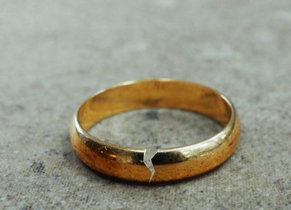事実婚や離婚した夫婦は遺族年金を受け取ることができるの?