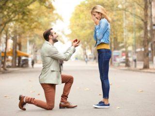 プロポーズは男性から? 女性から? プロポーズの実態とプロポーズや結婚指輪の予算とは