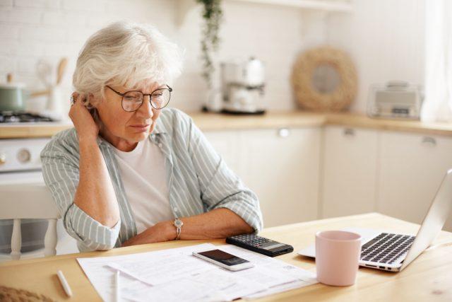 年金を受給していた家族が亡くなった。マイナンバーカードがあれば手続きは不要?