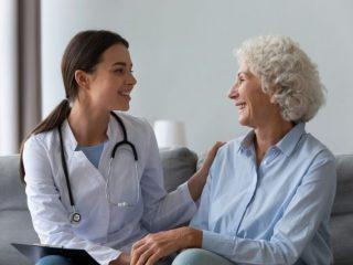 民間の介護保険を検討する前に、公的介護保険制度を知っておこう